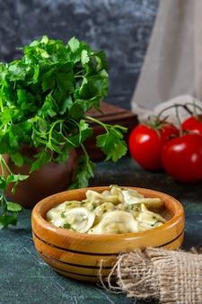 Vooraanzicht lekkere vleesbollen met verse tomaten en greens op donkere ondergrond