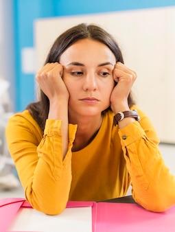 Vooraanzicht leraar kijkt verdrietig in de klas