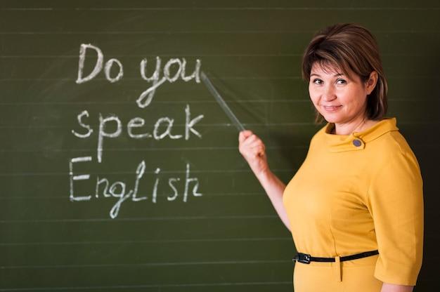 Vooraanzicht leraar schrijven op schoolbord