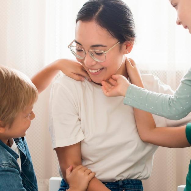 Vooraanzicht leraar spelen met kinderen