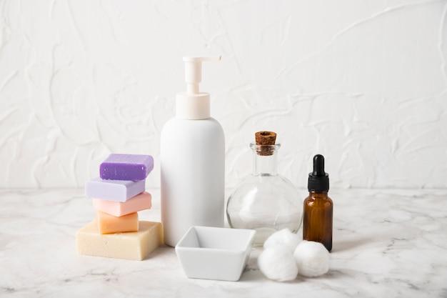 Vooraanzicht lichaamsproducten en serum