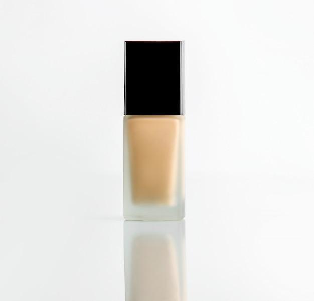 Vooraanzicht make-up foundation glazen fles met zwart plastic