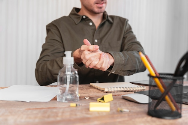 Vooraanzicht man aan het werk als freelancer thuis