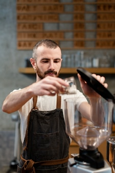 Vooraanzicht man aan het werk in koffie winkel