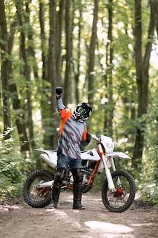 Vooraanzicht man blij om te fietsen in het bos