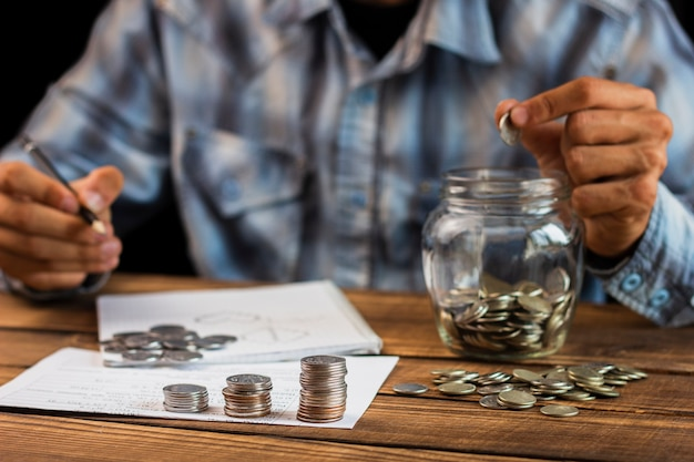 Vooraanzicht man de besparing tellen