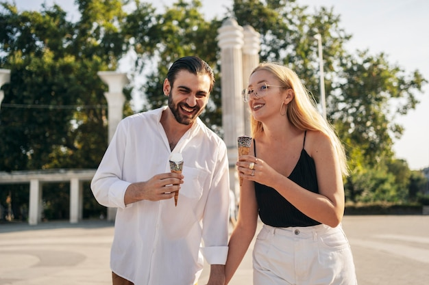 Vooraanzicht man en vrouw genieten van een ijsje in het park