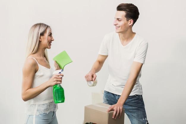 Vooraanzicht man en vrouw kijken naar elkaar