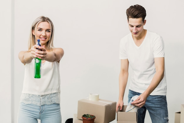 Vooraanzicht man en vrouw met verhuisdozen