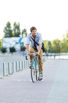 Vooraanzicht man fietsten buitenshuis