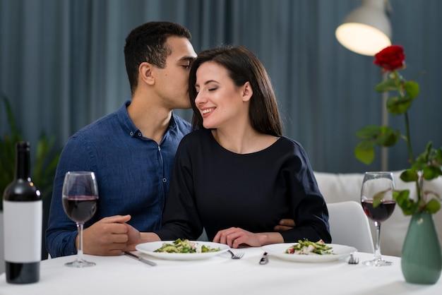 Vooraanzicht man fluistert tegen zijn vriendin