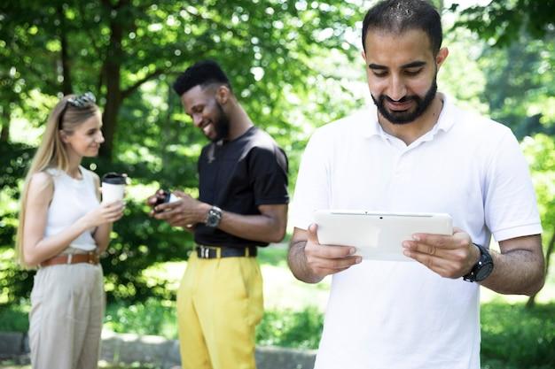 Vooraanzicht man lezen van tablet