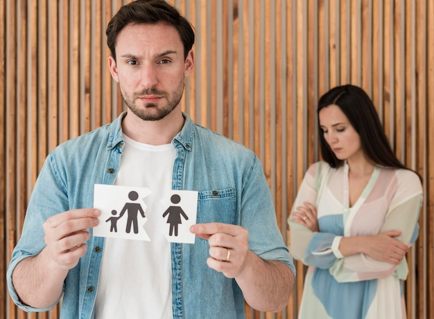 Vooraanzicht man met familie papier
