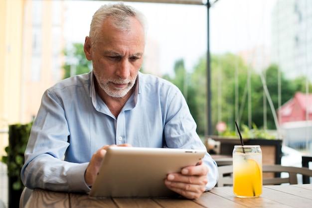 Vooraanzicht man op zoek naar een tablet