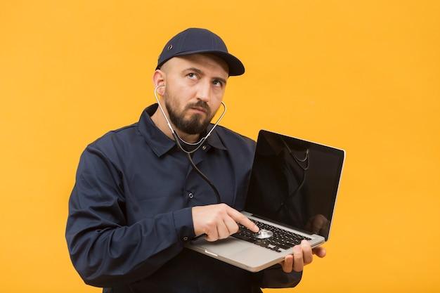 Vooraanzicht man problemen oplossen van een laptop