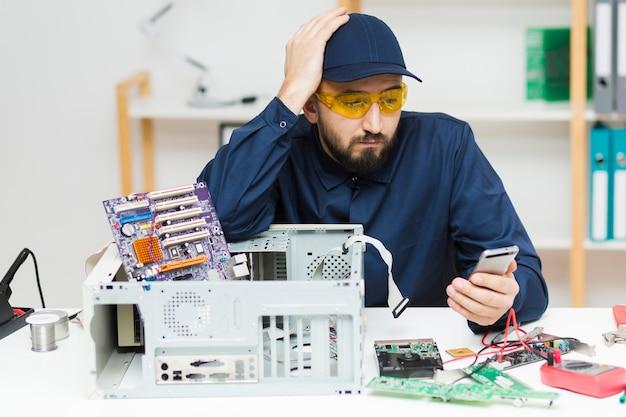 Vooraanzicht man repareren van een computer