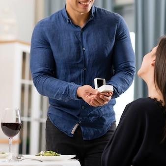 Vooraanzicht man vraagt zijn vriendin om met hem te trouwen
