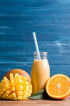 Vooraanzicht mango en oranje smoothie