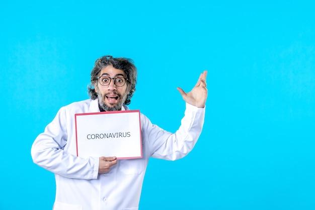 Vooraanzicht mannelijke arts die coronavirus vasthoudt