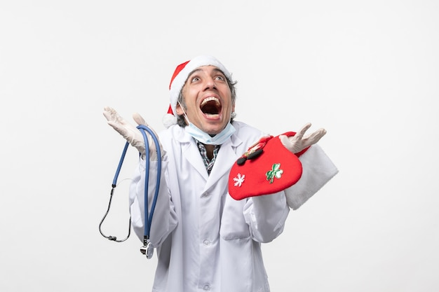 Vooraanzicht mannelijke arts die zich op de vakantiegezondheid van het witte muurvirus verheugt