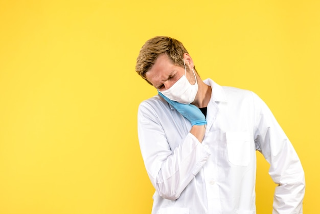 Vooraanzicht mannelijke arts met kiespijn op gele achtergrond gezondheid medic pandemie covid-