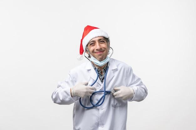Vooraanzicht mannelijke arts met stethoscoop op witte vloer virus emotie covid-gezondheid