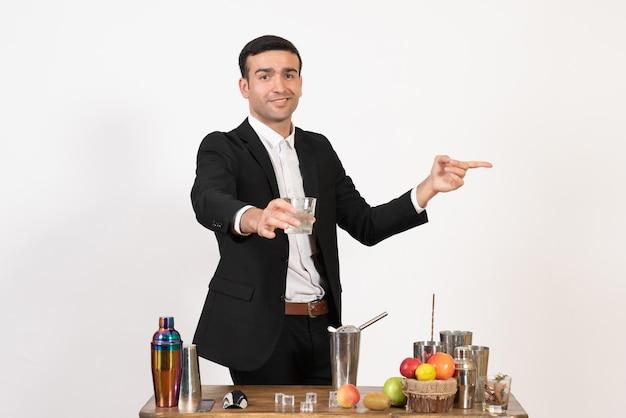 Vooraanzicht mannelijke barman in pak makend drankje op witte muur nacht drankje bar club mannelijke dans