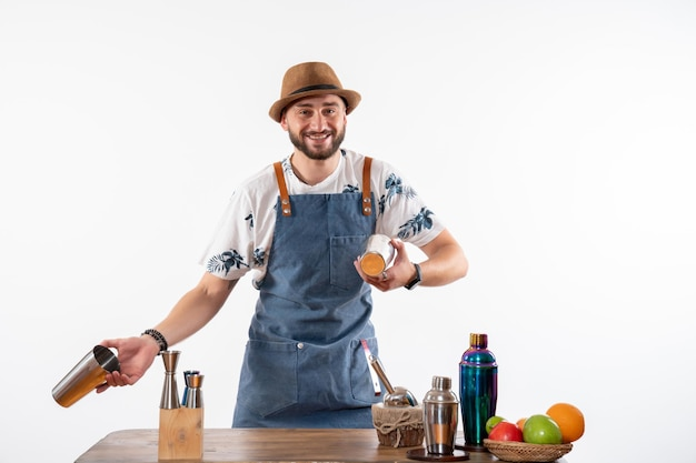 Vooraanzicht mannelijke barman werken met shakers op witte muur baan bar alcohol club nacht drankje