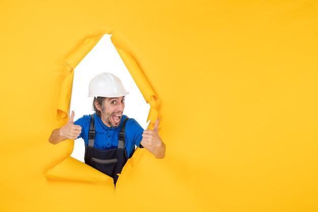 Vooraanzicht mannelijke bouwer in uniform op gele vloer kleur werknemer baan constructeur gebouw architectuur structuur
