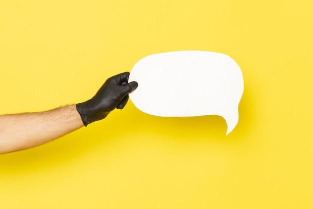 Vooraanzicht mannelijke hand met wit bord op geel