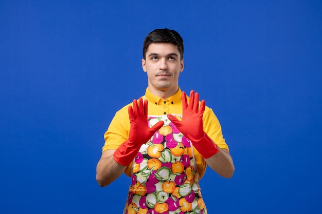 Vooraanzicht mannelijke huishoudster in schort die handen opent Gratis Foto