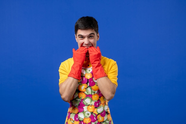Vooraanzicht mannelijke huishoudster in schort die in zijn vingers bijt