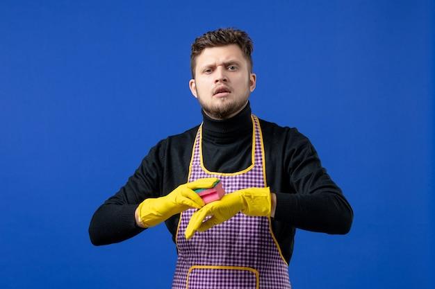 Vooraanzicht mannelijke huishoudster met spons