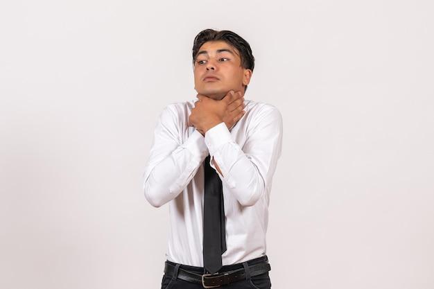 Vooraanzicht mannelijke kantoormedewerker die zichzelf verstikt op witte muur werk mannelijke baan bedrijf