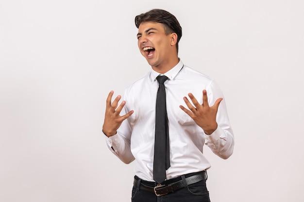 Vooraanzicht mannelijke kantoormedewerker emotioneel op witte muur menselijke kantoorwerk baan man