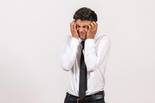 Vooraanzicht mannelijke kantoormedewerker op witte muur werk zakelijke mannelijke baan