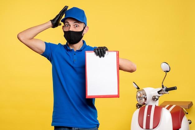 Vooraanzicht mannelijke koerier in blauw uniform bedrijf dossiernota over gele baan service covid-levering pandemie kleur uniform werk