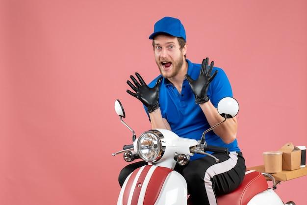 Vooraanzicht mannelijke koerier in blauw uniform en handschoenen op roze kleur werk fastfood fietsservice voedselbezorging