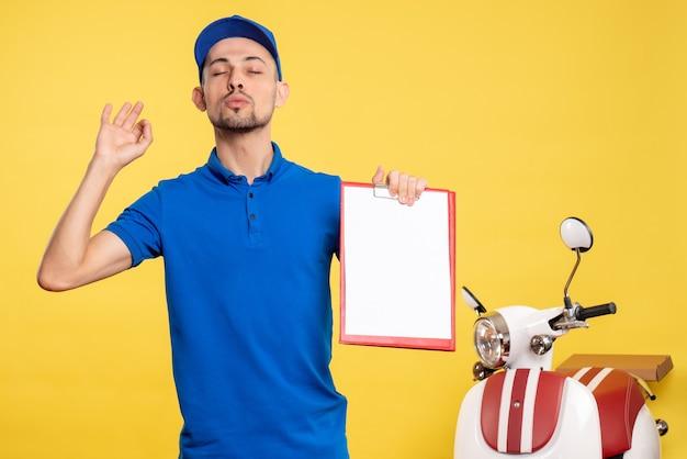 Vooraanzicht mannelijke koerier met dossiernota over gele kleur werknemer dienst werk emotie uniform
