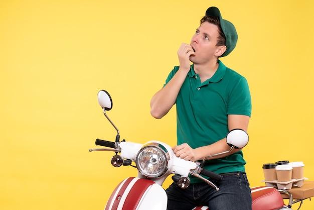 Vooraanzicht mannelijke koerier op fiets geel