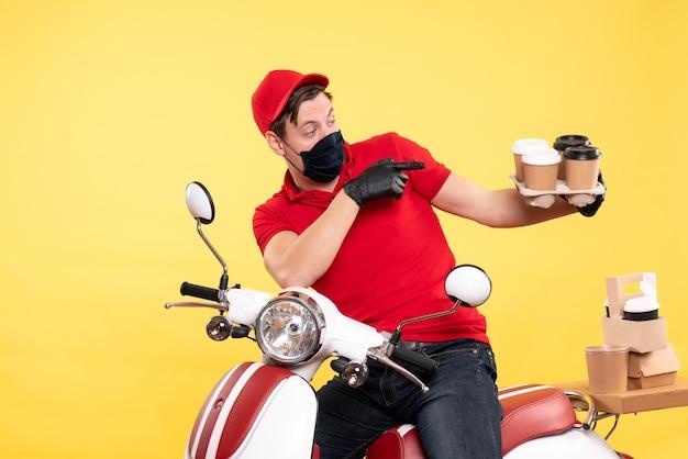 Vooraanzicht mannelijke koerier op fiets in masker met koffie op geel