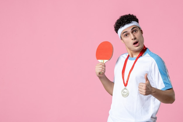 Vooraanzicht mannelijke speler met medaille die weinig racket houdt