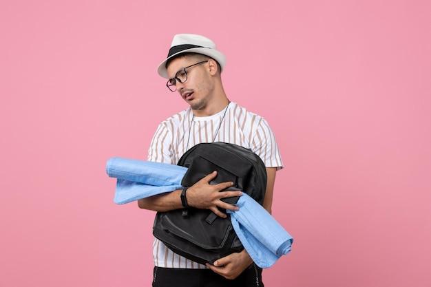 Vooraanzicht mannelijke toerist met zijn rugzak op roze muur emoties kleur toerist