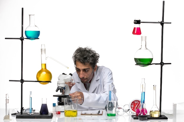 Vooraanzicht mannelijke wetenschapper in medisch pak werken met injectie
