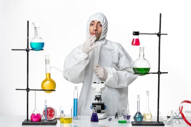 Vooraanzicht mannelijke wetenschapper in speciaal beschermend pak met lege kolf