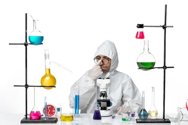 Vooraanzicht mannelijke wetenschapper in speciaal beschermend pak