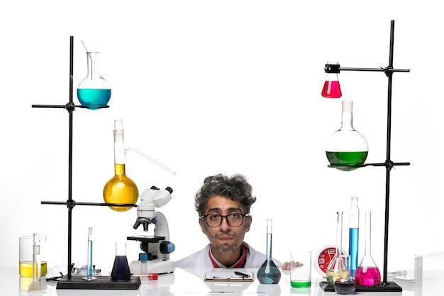 Vooraanzicht mannelijke wetenschapper in witte medische pak