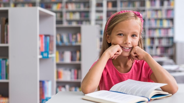 Vooraanzicht meisje haar huiswerk in de bibliotheek