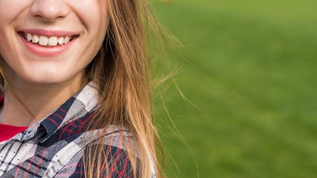 Vooraanzicht meisje lachend met kopie ruimte