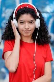 Vooraanzicht meisje met koptelefoon